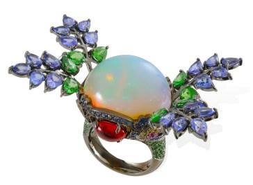 Ring af 18 karat sort rhodium-belagt guld, en 4,70 gram opal, 0,60 gram spineller, 0.72 carat tsavoritter, 0,96 gram tanzanitter, 0.83 carat lyseblå safirer, 0.64 carat safirer, 0.41 carat gule safirer og 0.39 carat rubiner