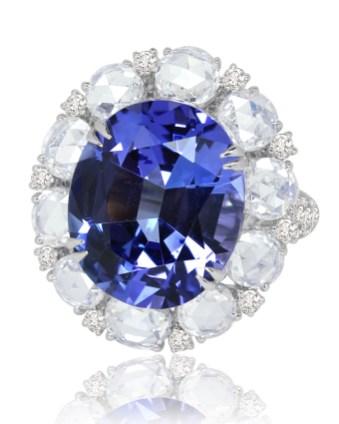 Ring af 18 karat hvidguld med en 17.5 carat tanzanit og i alt 8.5 carat roseslebne diamanter og brillanter. 630.000 kroner