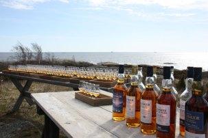 Whiskyerne fra skotske Talisker er noget særligt. Destilleriet ligger på den forblæste og meget smukke ø Skye på landets vestkyst. Talisker har sammen med en række skandinaviske eventyrere lavet rejseguiden Scandinavian Detours med udflugter i den rå natur. Jeg blev inviteret på en whiskysmagning på øen Grönskär i den stockholmske skærgård og smagte Taliskers whiskyer fra 300 kr. og opefter pr. flaske. Ahh.
