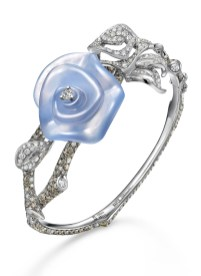 Frank Wu rose-armring af 18 karat hvidguld med diamanter og en udskåren kalcedon