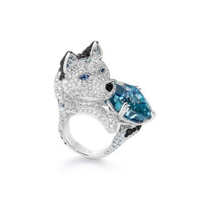 """""""Laïka""""-ring (eskimohund/husky) af 18 karat hvidguld med en 31.21 carat lys-grålig-blå antiksleben safirer, grå spineller, spineller og diamanter."""