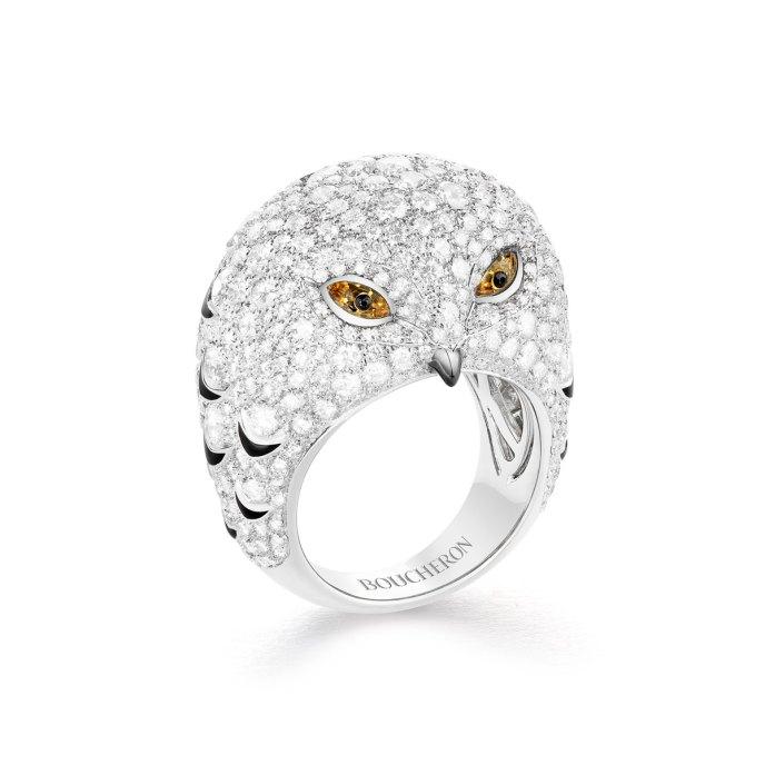 """""""Oulu""""-ring (ugle) af 18 karat hvidguld med gule safirer, sort lak og diamanter."""