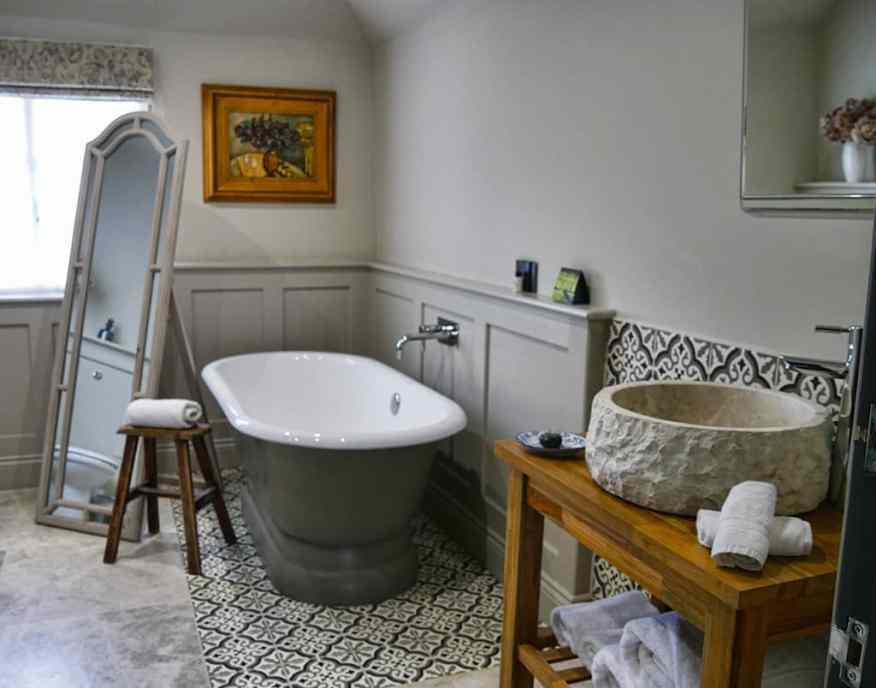 greyhound-on-the-test-hampshire-bathroom
