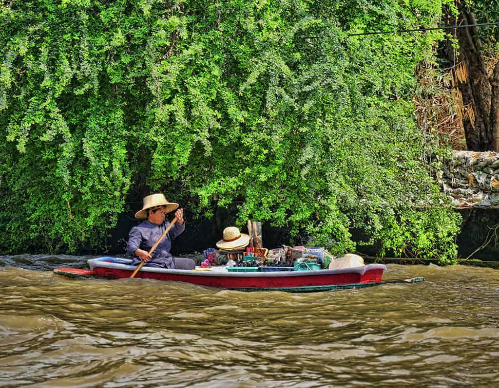 bangkok-canal-worker