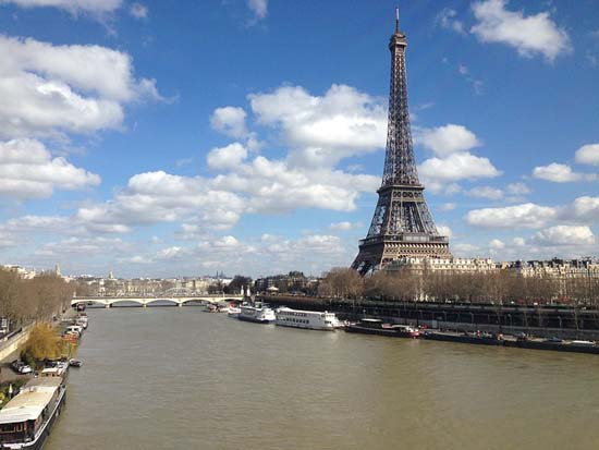 Eiffel_Tower_by_the_Seine_river_Paris