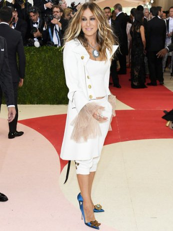 Sarah-Jessica-Parker-Trades-Her-Signature-Headpieces-Hamilton-Inspired-Met-Gala-Outfit