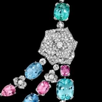Collier Piaget Rose en or blanc 18k serti de 396 diamants taille brillant (env. 23,97 cts), 2 tourmalines vertes ovales (env. 9,59 cts), 1 tourmaline verte taille coussin (env. 10,92 cts), 2 tourmalines roses taille poire (env. 7,91 cts), 2 tourmalines roses taille coussin (env. 33,89 cts), 2 spinelles mauves taille coussin (env. 4,75 cts), 2 spinelles roses rond (env. 8,51 cts), 2 spinelles roses ovales (env. 8,45 cts), 1 spinelle rose taille coussin (env. 2,91 cts), 4 aigue-marines ovales (env. 27,81 cts), 2 aigue-marines taille coussin (env. 12,99 cts), 1 aigue-marine taille poire (env. 19,25 cts), 1 béryl vert ovale (env. 6,81 cts), 1 béryl vert taille poire (env. 13,39 cts), 1 béryl vert taille coussin (env. 10,60 cts) et 1 saphir lavande taille coussin (env. 11,54 cts).