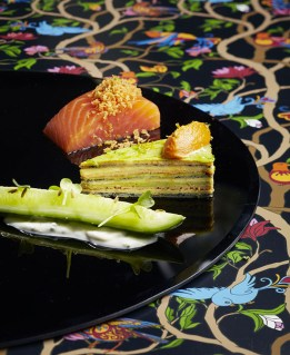 Le cœur d'un saumon fumé et feuille à feuille d'une omelette estivale (Produit Réception)