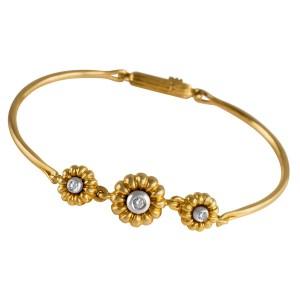 Three flower diamond bracelet in 18k yellow gold.