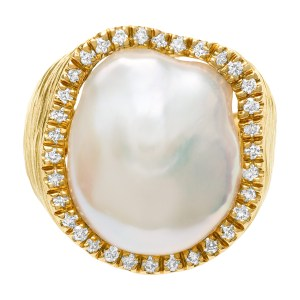 Baroque 18mm pearl ring surrounded by 0.50 ctarat in diamonds in 18k matte gold.