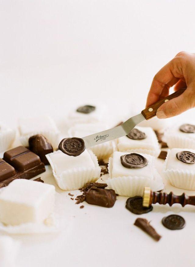 chocolate-seal-spatula