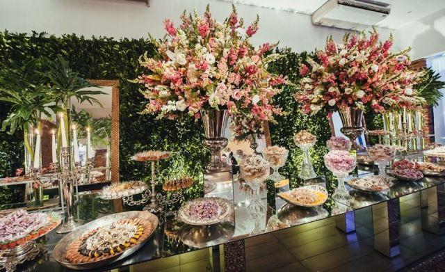 mesa-de-doces-espelhada-casamento-com-decoracao-rosa.jpg