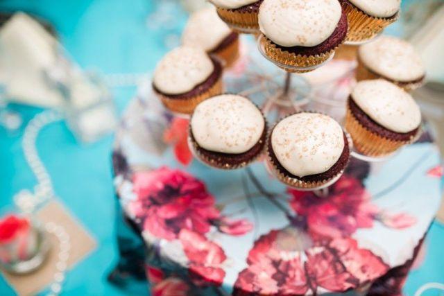 84-teal-tablecloth-cupcake-tower-wedding-centerpiece-photo