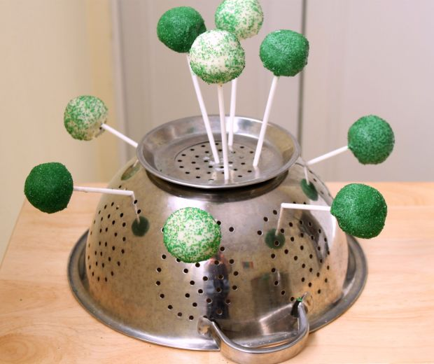 Use-colander-to-dry-cake-pops.jpg