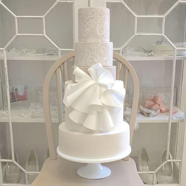 5c13280823f8bb64082251e6cb8396f8--bridal-gowns-wedding-cake.jpg