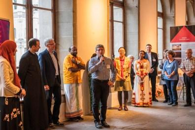 Die Vertreterinnen und Vertreter der Religionsgemeinschaften stellen sich vor in ihrer Muttersprache