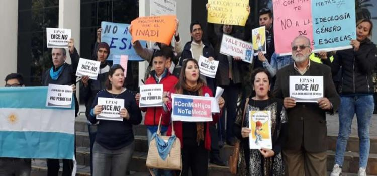 Abrazo simbólico al Ministerio de Educación en Tucumán