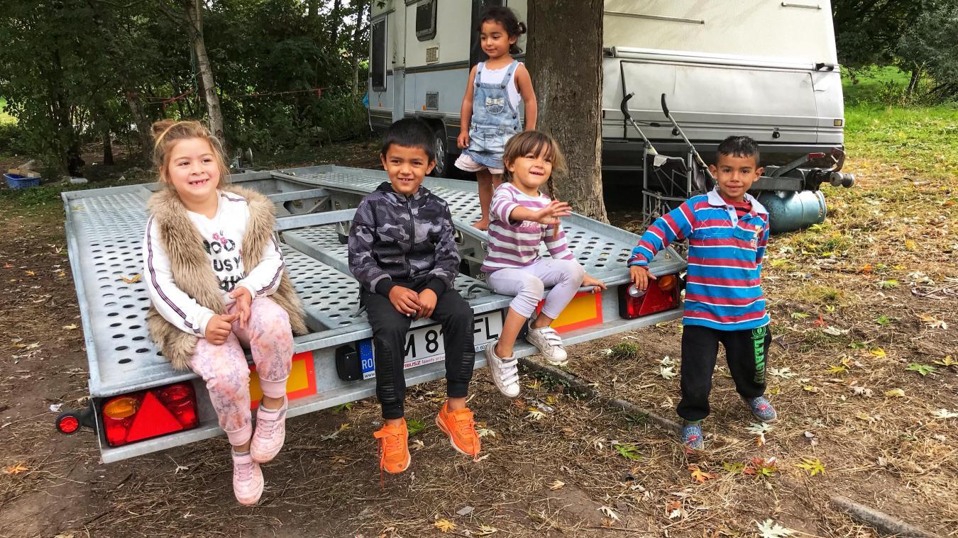 Plusieurs familles évacuées du carrefour Pasteur ont rallié le campement du Pont-Royal, à l'accès particulièrement dangeureux, même pour un adulte.
