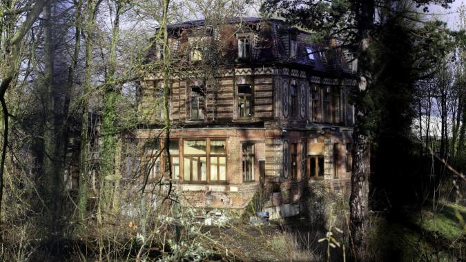 Zinguerie arrachée, fenêtres cassées, radiateurs en fonte pillés, le château Boch se détériore. Photo SAMI BELLOUMI