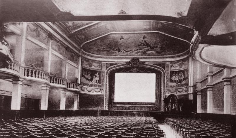 une salle a l italienne et des mouchoirs pour les films romantiques