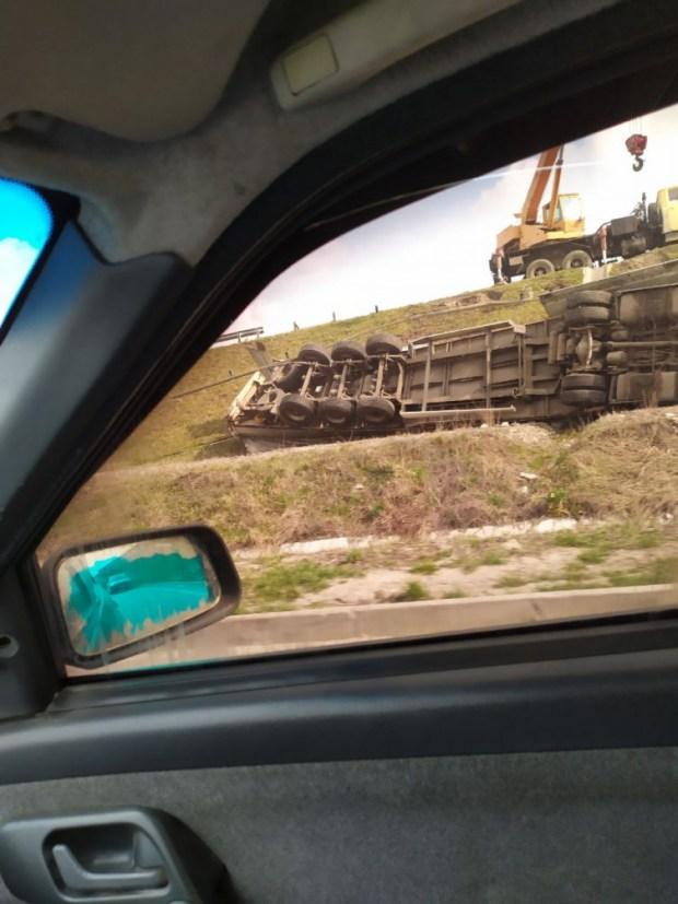 У Винниках перекинулася вантажівка (ФОТО)