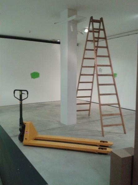 Komplett leer geräumt sind die Räume, damit Maler und Lichttechniker in Ruhe arbeiten können. Oben an der Säule wird ein Beamer angebracht werden, der eine Projektion zur Völkerwanderung zeigen wird.
