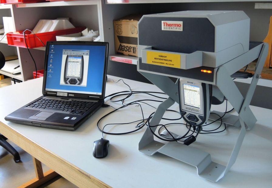 Die mobile Röntgenfluoreszenzanlage im Betrieb. Foto: H. Becker, LVR-LandesMuseum Bonn.