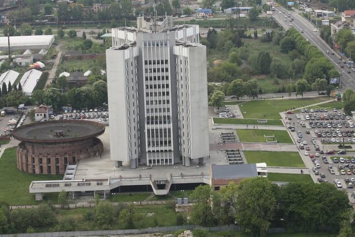 Obecny Lwowski Urząd Skarbowy oraz niedokończona sala konferencyjna