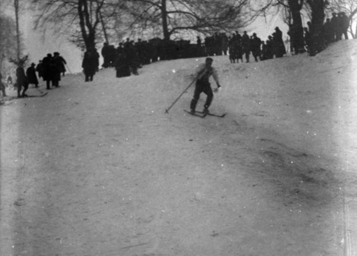 Zjazd na nartach w jednym z lwowskich parków