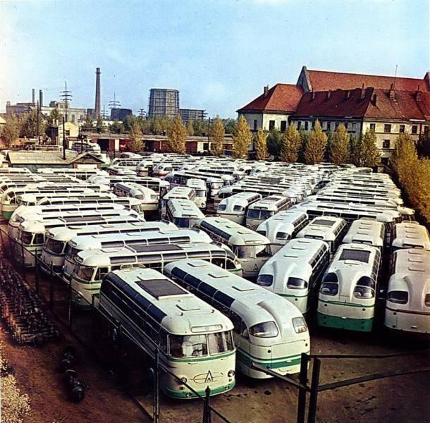 gotowe autobusy LAZ z świątynią po prawej stronie