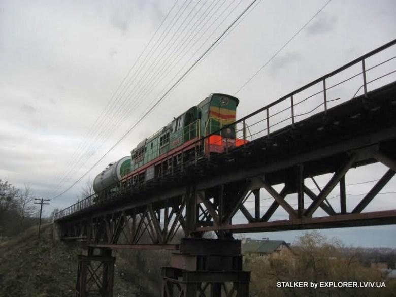 Pociąg manewrowy z cysterną na żelaznym wiadukcie (c) STALKER