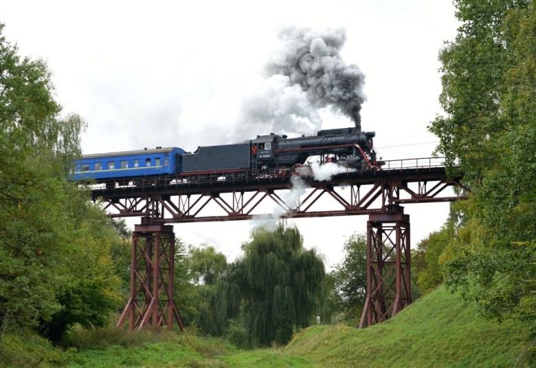 Odnowiony parowóz na wiadukcie kolei