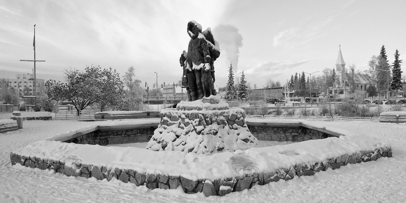 Panorama of the First Unknown Family statue in Golden Heart Park.