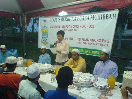 武拉必区州议员王国慧在宝珠英达花园回教堂与当地马来同胞庆开斋。