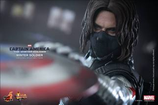 Hot Toys Captain America The Winter Soldier - Winter Soldier catching shield