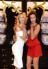 victorias-secret-london-victorias-secret-angels-candice-swanepoel-and-adriana-lima-blowing-kiss-long