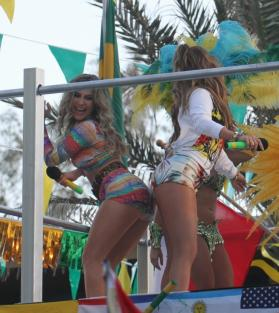 claudia leitte and j-lo doing the bump