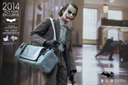 Hot Toys Joker exclusive close up with duffel bag