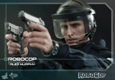 Hot Toys Robocop and Alex Murphy set - Murphy aiming tight