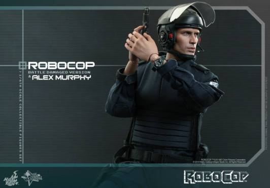 Hot Toys Robocop and Alex Murphy set - Murphy aiming wide