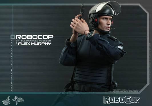 Hot Toys Robocop and Alex Murphy set - Murphy aiming wide