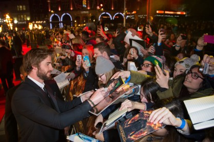 the-hunger-games-mockingjay-part-1-MockingjayPart1-Premiere - Liam Hemsworth autographing