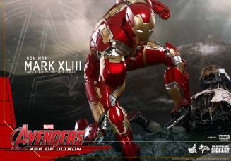 Hot Toys Iron Man Mark XLIII figure - crouching down