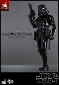Hot Toys Star Wars Shadowtrooper - gun up