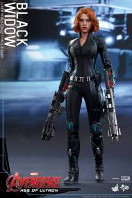 Hot Toys Avengers Age of Ultron - Black Widow - walking with guns