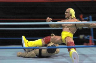Hulk Hogan Defining Moments figure - legdrop to Andre