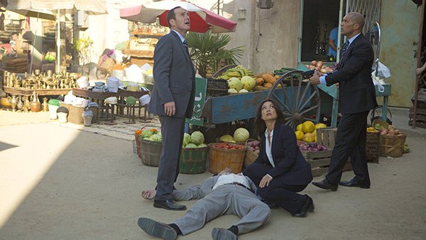 Agents of SHIELD - Melinda - May and Coulson near body