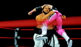 Yokozuna figure review Hall of Fame - Bret Hart bear hug