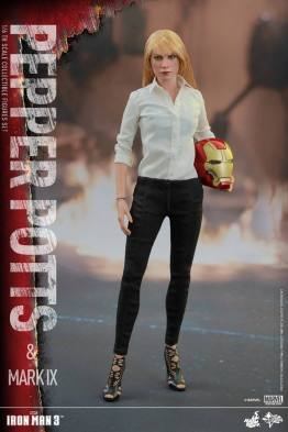 Hot Toys Iron Man 3 Pepper Potts -standing straight