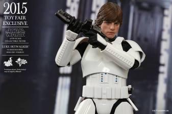 Luke Skywalker stormtrooper disguise Hot Toys -holding gun up